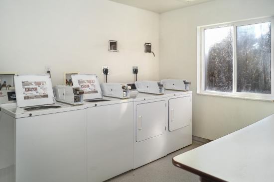 Motel 6 Peterborough: Laundry Room