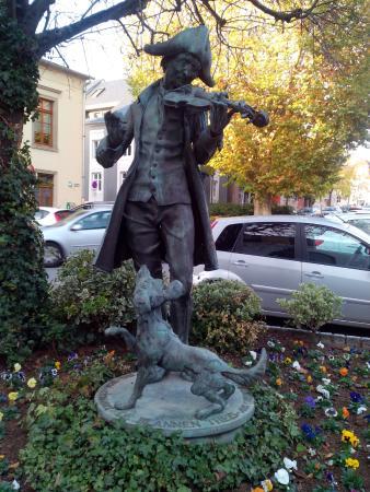 Grevenmacher, Luxembourg: Слепой музыкант и его пёс
