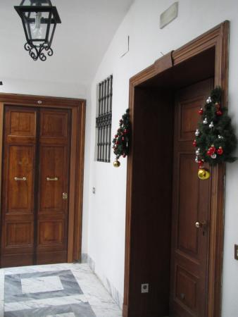Hotel Sonya: На лестничной площадке  двери в частные квартиры и в отель