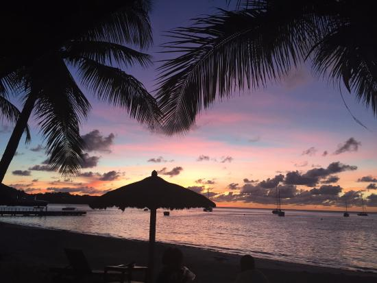 Charlestown, Canouan: Beach bar sunset
