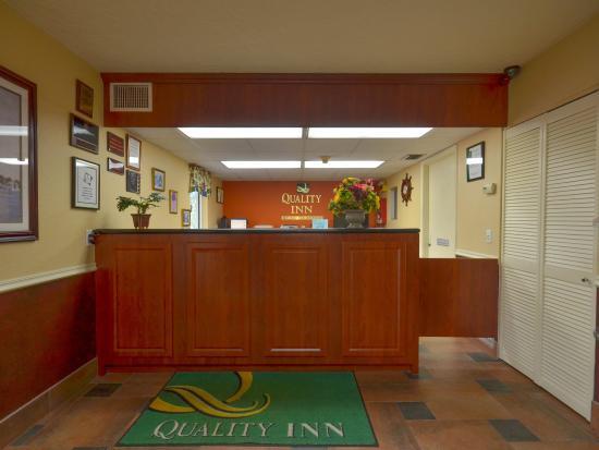 Quality Inn North: Front desk