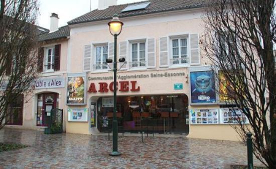Corbeil-Essonnes, Frankrike: cinéma et restaurant