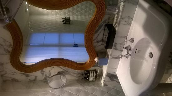 Hotel Thoumieux: Bathroom