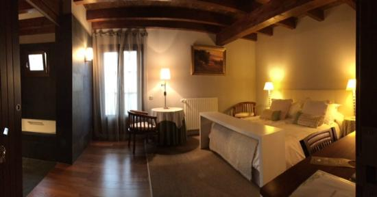 "Iribarnia Hotel Rural: Junior suite ""Prados y chirimiri""."