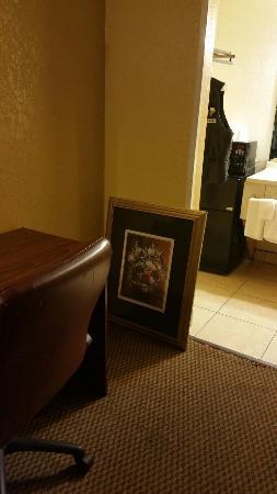 Americas Best Value Inn and Suites Denton: Run down a bit, but clean.