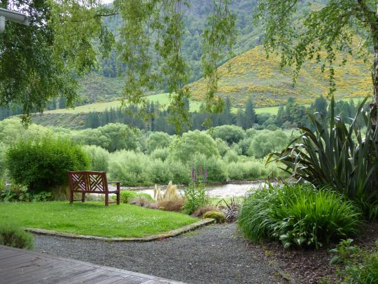 Owen River Lodge: Beautiful views of the Owen River and Kahurangi National Park