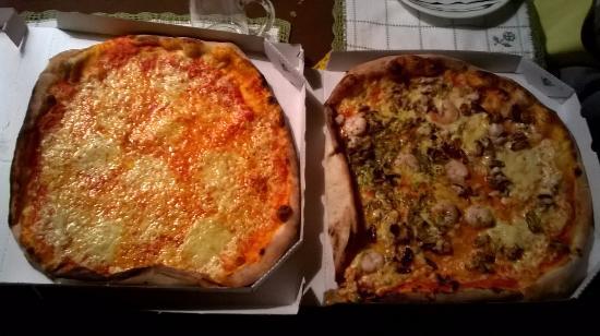 La Commedia Pizzeria Restaurant: zwei frische pizzen