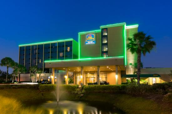 BEST WESTERN Orlando Gateway Hotel: Evening Exterior Sidewalk View