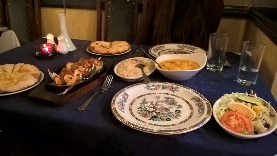 Muhib Indian Cuisine: chicken tikka, pilau riisi, naan leipää, lammasta