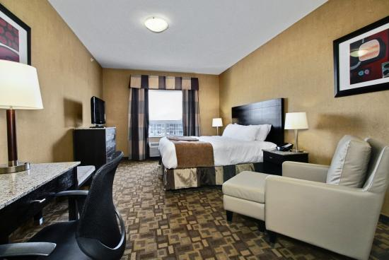 BEST WESTERN PLUS South Edmonton Inn & Suites: King suite with fireplace and sofabed