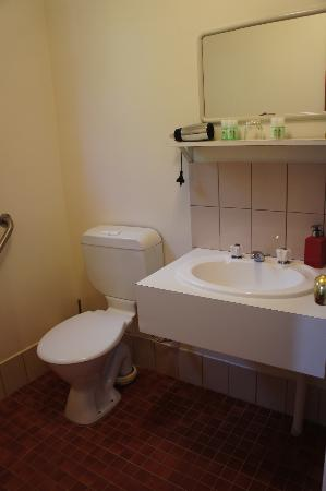 Jacaranda Guest House: bathroom (right)