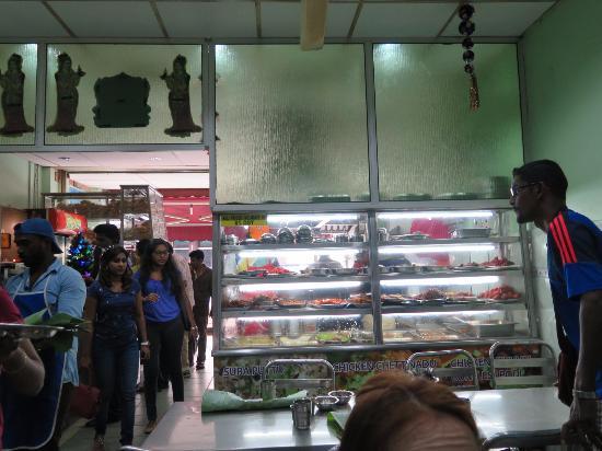 restoran saravanna: 入口で持ち帰りの人もいます