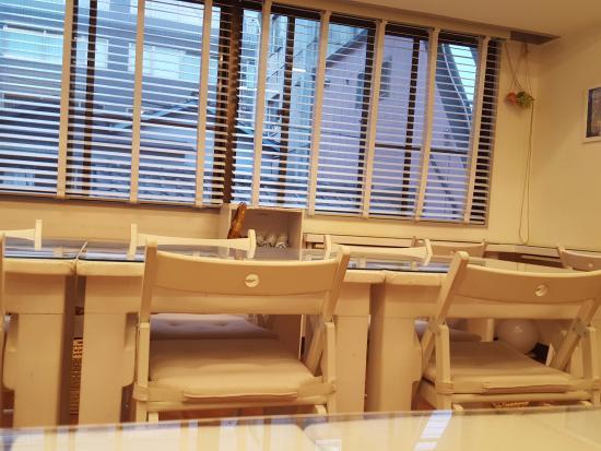 Loving Hut Jimbocho: Seating