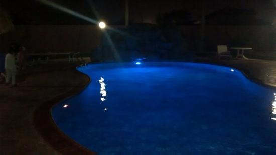Sasaki Apartments: Piscina de Noche