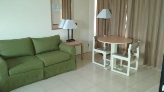 Sasaki Apartments: Sofa Cama Mesa para comer