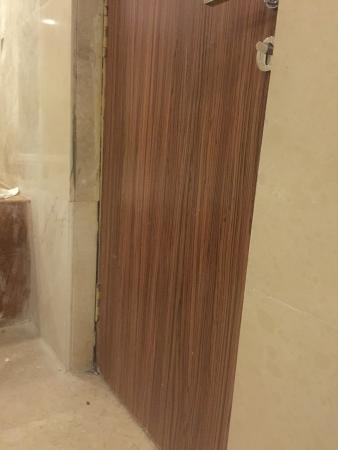Palms Hotel & Convention Centre: bathroom door