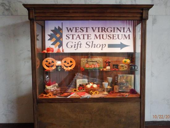 Charleston, Virginia Occidental: Gift Shop this way