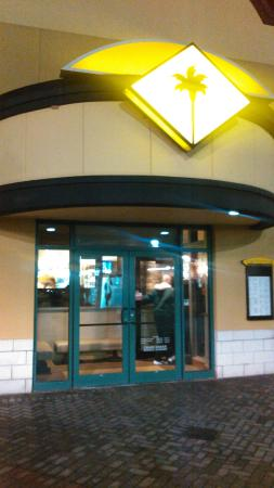 California Pizza Kitchen : The main entrance from the outside of the mall.