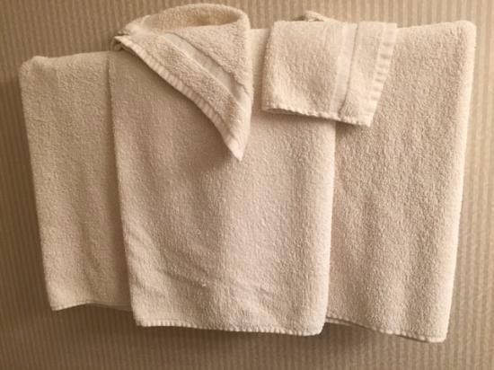 แกลลิคูน, นิวยอร์ก: Old, yellowing and dingy towels