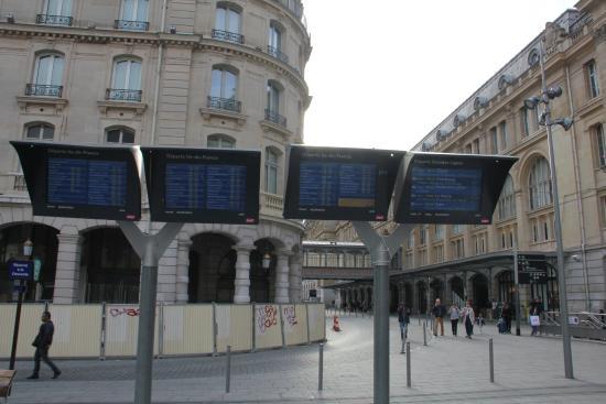 Inside st lazare escalator way to shops restaurants - Restaurant gare saint lazare ...