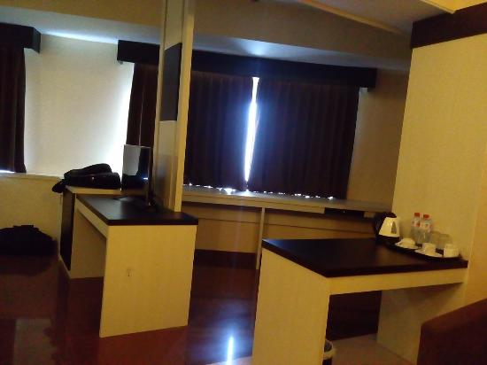 Meja Picture Of Hotel Oval Surabaya Tripadvisor