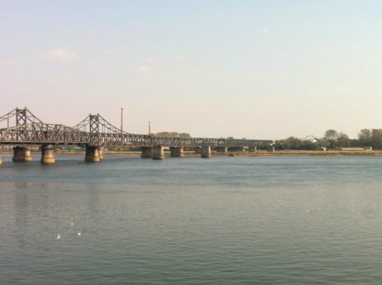 China and North Korea Friendship Bridge: 橋と河と北朝鮮