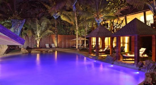 Novotel Goa Candolim: pool side lit up in the evenings