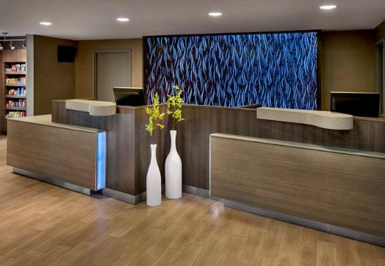 Fairfield Inn & Suites Lenox Great Barrington/Berkshires: Front Desk
