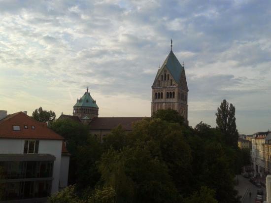 Hotel Domus: Вид из номера на церковь