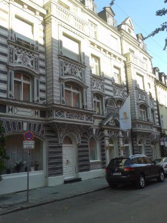 Hotel Domus: дорога из гостиницы в сторону центра