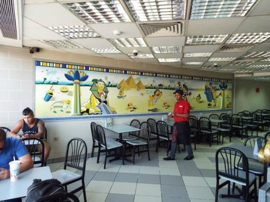 McDonald's Luxor: 壁のイラストもエジプトバージョン