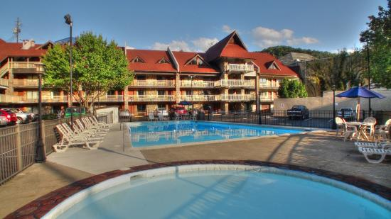Crossroads Inn and Suites: Guests love our easily accessible seasonal pool