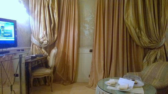 Baglioni Hotel Luna: Schreibtisch / TV