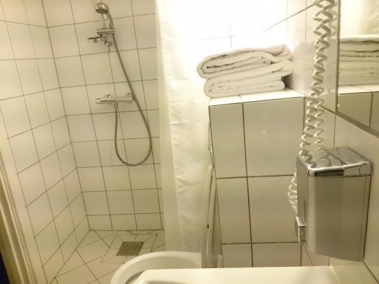 Hotel Ansgar: Since there is only shampoo in the bathroom, I was told to get the hand soap from the basin.