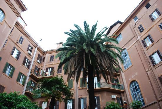 Residence San Pietro La Corte: courtyard view