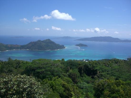 Νήσος Πράσλιν, Σεϋχέλλες: Blick vom Glacis Noir nach Nordost-Ost im Hintergrund la Digue