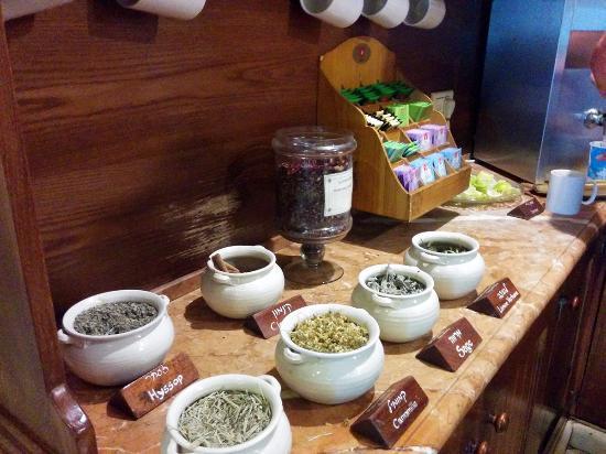 Hotel Mitzpe Hayamim: Part of tea corner in the hall