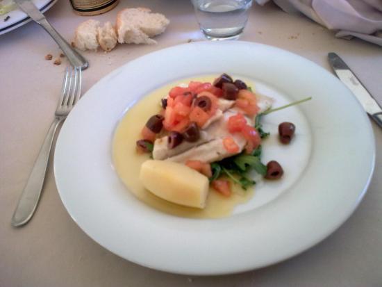 Ranco, Italia: lucioperca con pomodori e olive