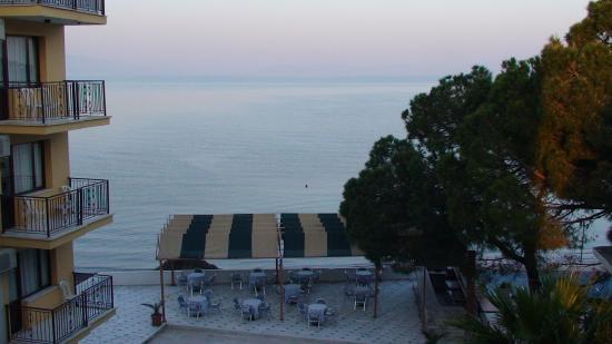 Hotel Grand Ozcelik: Побережье у отеля Гранд Озцелик