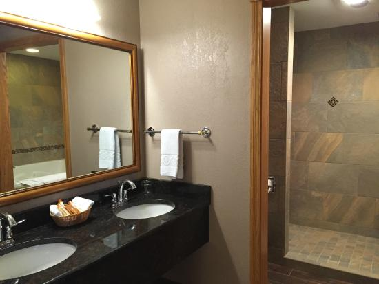 Inn at Holiday Valley : Presidential Suite Vanity