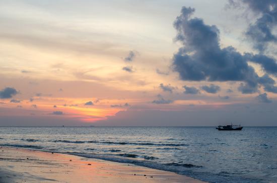 Coral Reef Holiday Beach Resort: playa