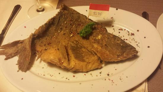 Adelsdorf, Tyskland: Fränkische Hochzeitsuppe Pfefferkarpfen Karpfen Filet