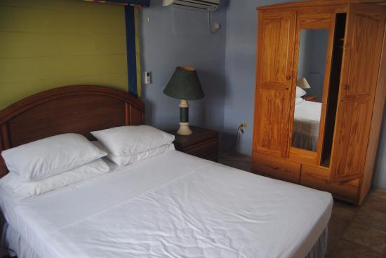 Meridian Inn: Bedroom is larger suite