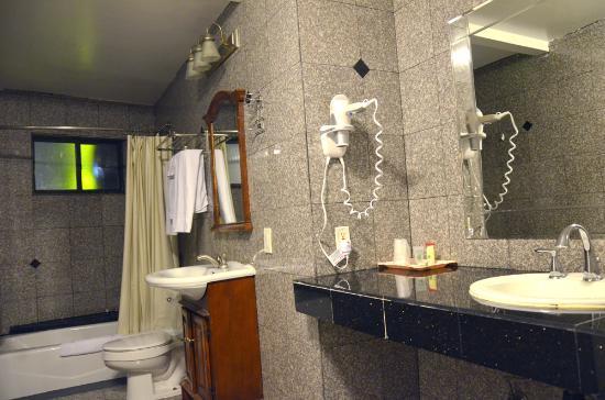 Hollywood Cityview Inn & Suites: bathroom