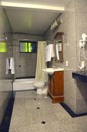 Hollywood Cityview Inn & Suites: long bathroom