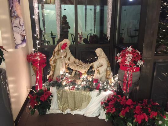 Zoders Inn & Suites: Breakfast Area Christmas decorations