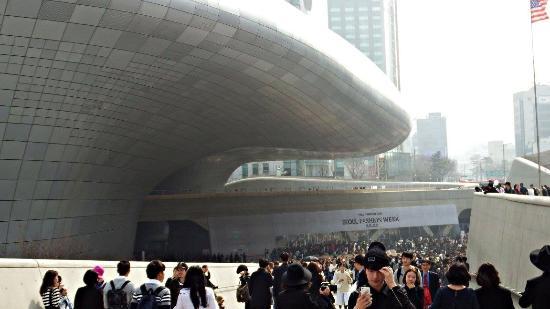 Seoul Fashion Week 2015 Izobrazhenie Dongdaemun Design Plaza Ddp Seul Tripadvisor