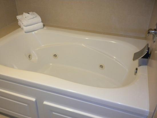 Marriott Riverside at the Convention Center: Large Jacuzzi tub