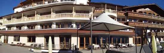 Chienes, Italia: Panoramica facciata sud dell'Hotel