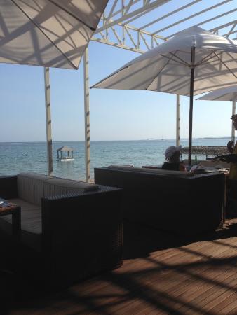 Puri Santrian Beach Club Bar & Restaurant : Uitzicht vanaf het terras.